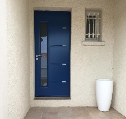 Porte d'entrée avec insert vitré installée par Komilfo Alu MD à Montpellier