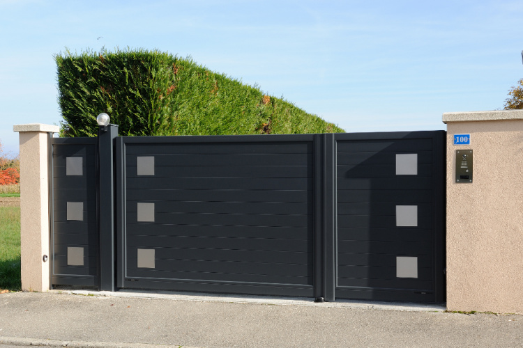 Portail battant aluminium motorisé installé en Haute-Savoie
