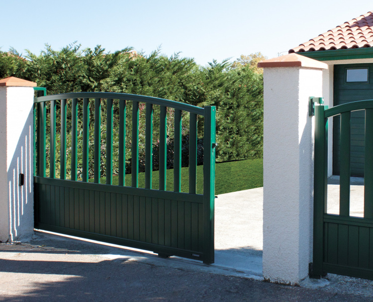 Portail coulissant vert coordonné par Komilfo