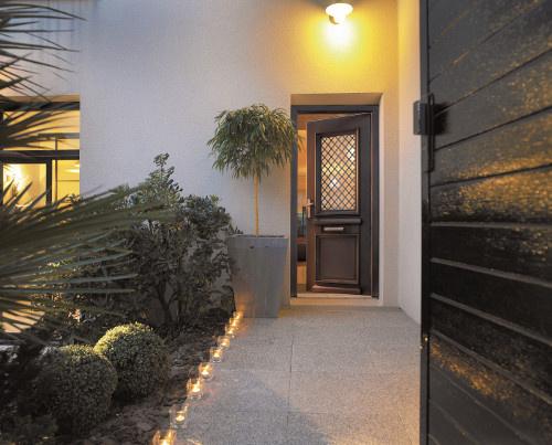 Porte d'entrée aluminium esthétique Komilfo