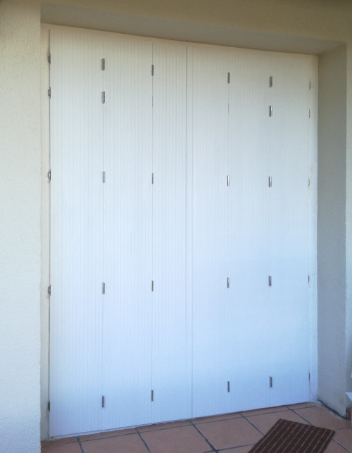 Pose de volets persiennes PVC blancs par un installateur Komilfo