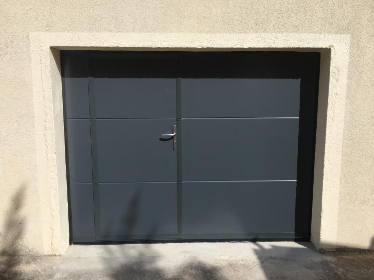 Porte de garage sectionnelle isolée en acier avec portillon intégré Montpellier Komilfo