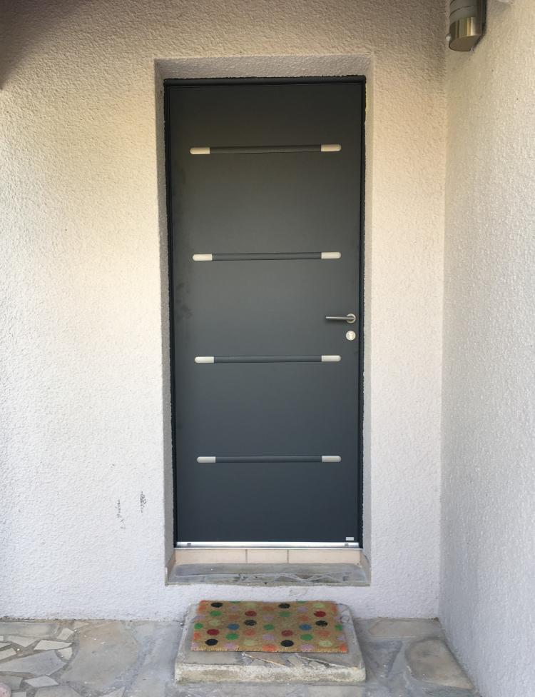 Porte d'entrée en aluminium modèle plein moderne Alu MD Komilfo Montpellier