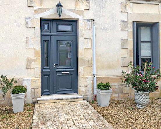 Porte d'entrée aluminium traditionnelle à Poitiers - Huguet Thibault - Komilfo