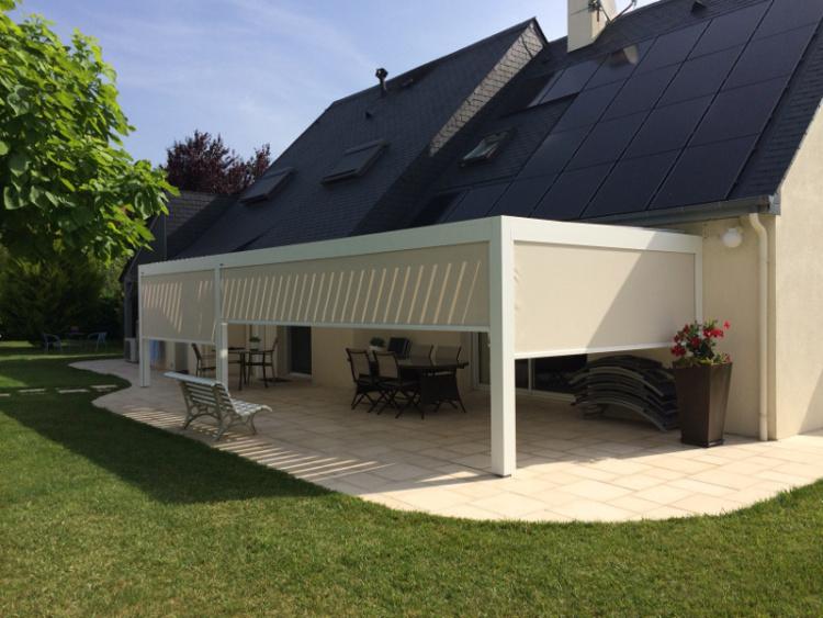 Pergola bioclimatique aluminium à stores latéraux installée par Komilfo Angers