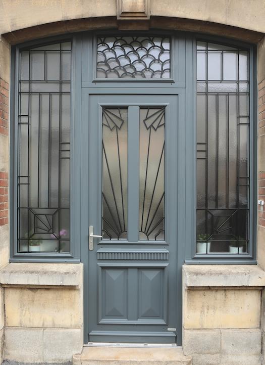 Porte d'entrée en bois traditionnelle avec grille Épernay
