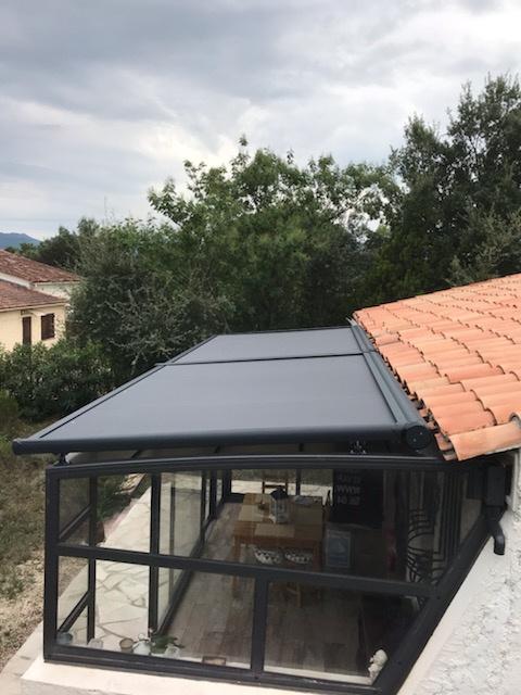 Store de toiture véranda installé à Roquebrune-sur-Argens (Var) par Komilfo Dymex