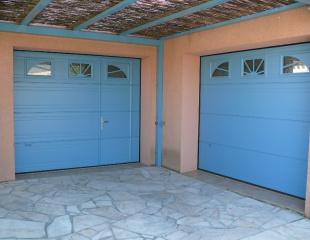 Porte de garage avec portillon installé par Komilfo près de Perpignan