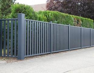 Modèle de clôture aluminium avec barreaudage disponible dans le réseau Komilfo
