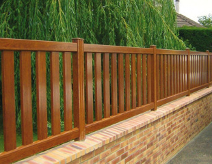 Modèle de clôture aluminium aspect bois disponible dans le réseau Komilfo