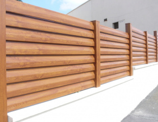 Modèle de clôture en bois design disponible dans le réseau Komilfo