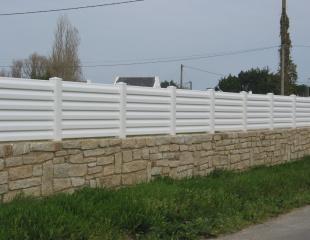 Clôture brise-vue PVC disponible chez Komilfo