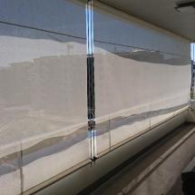 Stores bannette verticaux guidés installés sous balcon près de Genève (Suisse) par France Stores Alpaser