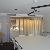 store interieur californien régule la lumière LUXAFLEX bandes verticales architecte