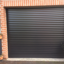 Porte de garage enroulable marron motorisée