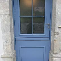 Porte d'entrée sur mesure laquée RAL bleu.