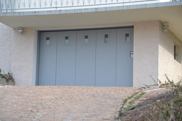 porte de garage laterale motorisee portillon hublots evian