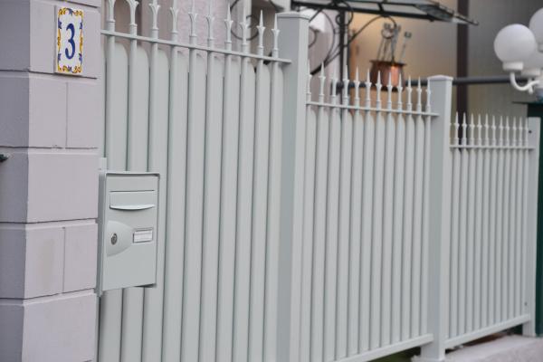 garde corps aluminium avec boite aux lettres intégrée horizal evian