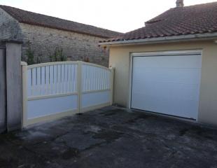 Porte de garage sectionnelle JBA Komilfo Angoulême panneaux acier thermo-laqués  Motorisé  commande radio